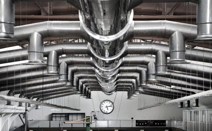 Вентиляционная система производственного помещения смонтирована из металлических труб