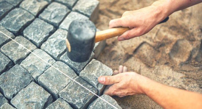 Брусчатка — популярный материал для оформления дорожек, площадок и тротуаров