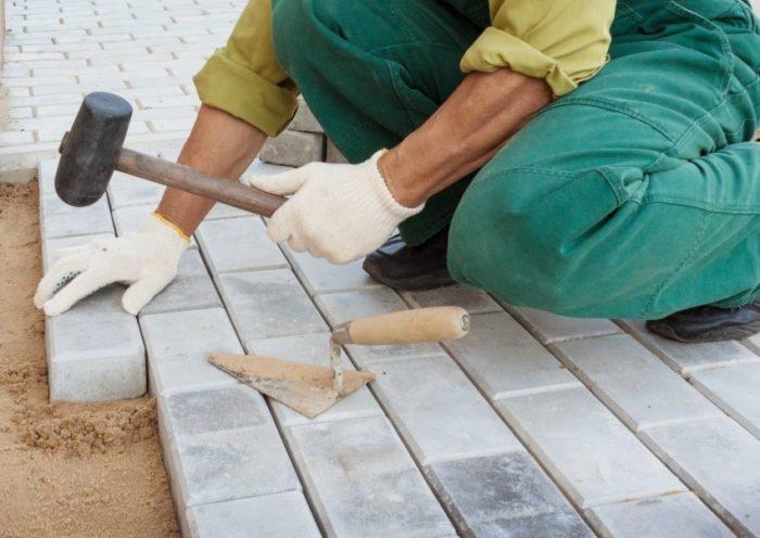 Стоимость бетонной плитки колеблется в диапазоне от 300 до 500 рублей за квадратный метр