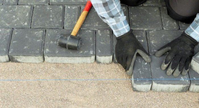Тротуарная плитка — достаточно популярное и практичное решение для мощения пешеходных дорожек