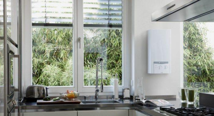 Традиционно проточный водонагреватель устанавливают на кухне