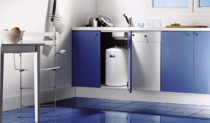 Проточный водонагреватель для подачи горячей воды расположен под кухонной мойкой