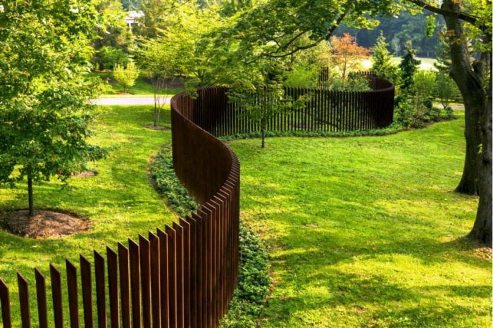 Забор из дерева или любого другого материала может иметь различные варианты оформления