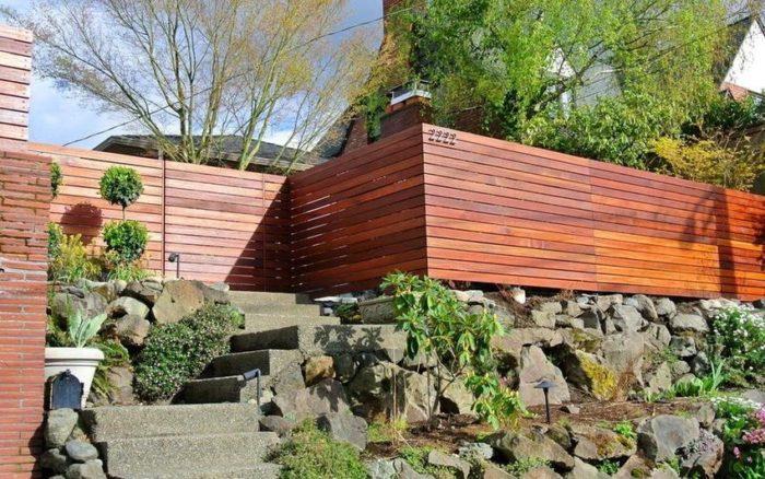 Пример сочетания деревянного забора с рокарием