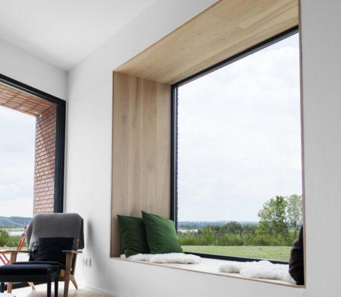 Пример обшивки оконных откосов деревянными панелями
