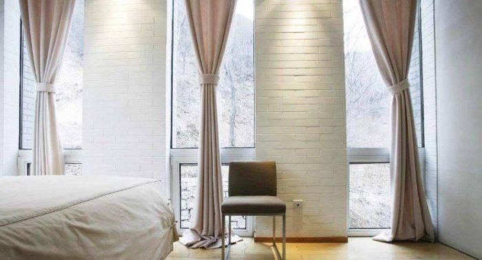 Откосы на окнах выполнены из клинкерной плитки