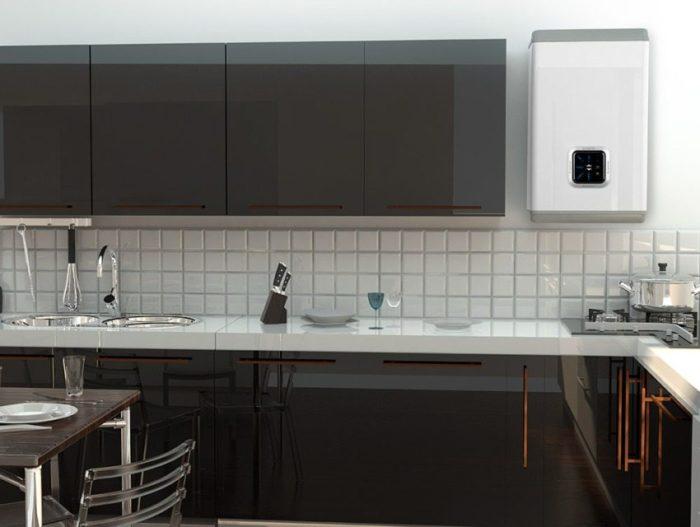 Вертикальный плоский водонагреватель Ariston в интерьере кухни