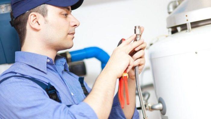 Установку водонагревателя лучше доверить профессионалу