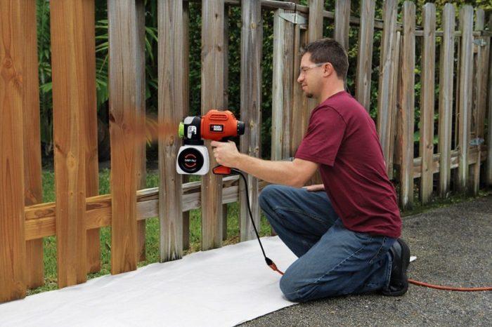 Равномерно и быстро покрасить деревянный забор можно с помощью пульверизатора
