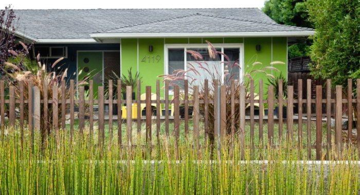Забор из деревянного штакетника может выглядеть очень стильно