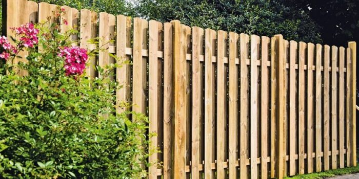 Забор из деревянного штакетника установлен в виде «шахматки»