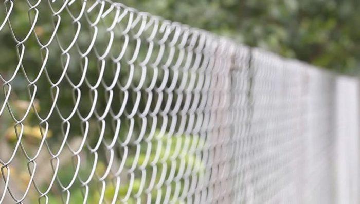 Сетка Рабица представляет собой переплетённую стальную проволоку