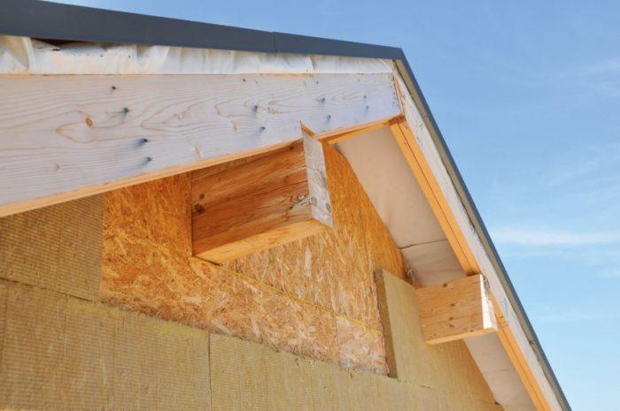 Двухскатная крыша является одним из самых популярных вариантов конструкции при строительстве мансардного этажа
