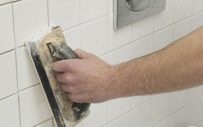 Затирка швов керамическойплитки в ваннойс помощью полутера
