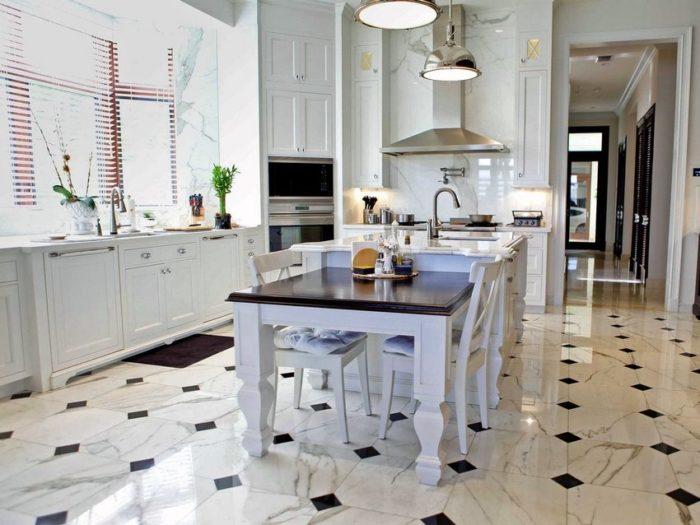 В современноминтерьере кухнииспользована напольная плитка разного размера и цвета