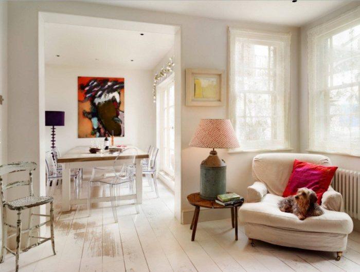 На полу гостиной и столовой уложен одинаковый ламинат без порога