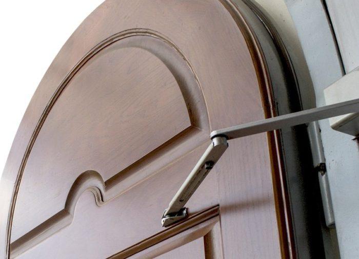Выбирая доводчик, необходимо учитывать размеры и массу дверной конструкции