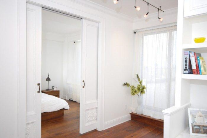 В открытом положении полотно кассетной откатной двери находится в нише внутри стены