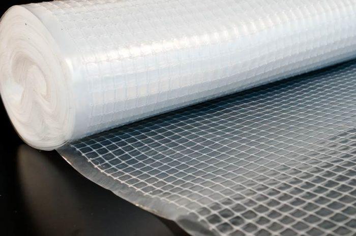 Пленка полиэтиленовая армированная обладает очень высокой прочностью, что достигается за счёт вплетения в полиэтилен специальной сетки