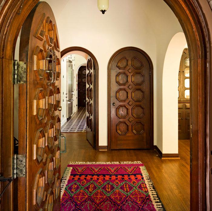 Деревянные двери прочные и долговечные, при этом они довольно дорого стоят
