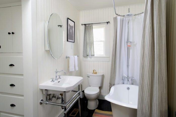 Лаконичный кованый карниз в ванной комнате