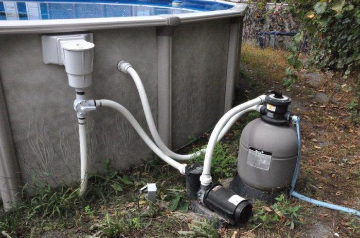 Фильтр должен забирать воду с поверхности, поскольку в верхнем слое скапливается больше всего грязи, микроорганизмов и мусора