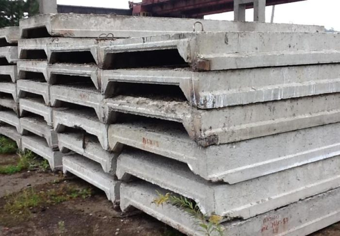 Размеры железобетонной плиты перекрытия ребристого типа диктуются длиной и шириной комнаты