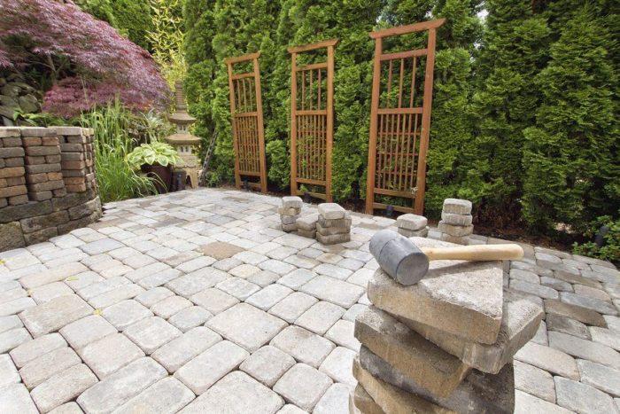 Площадка для отдыха выполнена из цементной тротуарной плитки