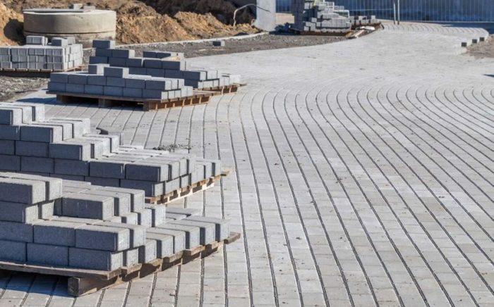 Укладывание брусчатки на бетонное основание в городской черте